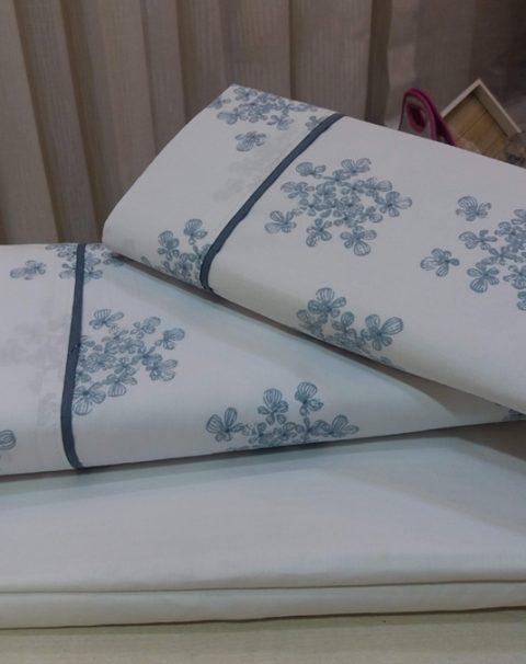 03-sabanas-blancas-hojas-azules