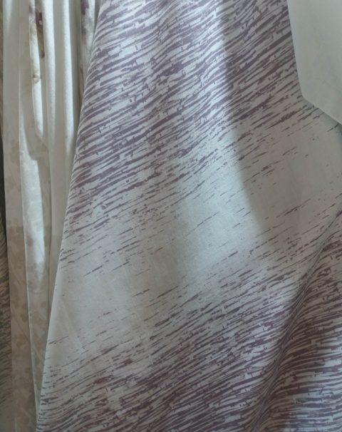 tejido estampado motas moradas